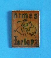 1 PIN'S  //   ** FÉRIA DE NIMES / 1992 ** - Corrida