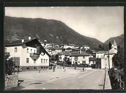 Cartolina Carzano, La Piazza Con La Scuola - Altre Città