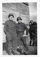 Rare Photo Deux G.I. Américains Avec Insigne Sur Casque - 1939-45