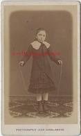 CDV Petite Fille Sautant à La Corde-jouet-photo Léon Caron Rue Des 3 Cailloux à AMIENS - Anciennes (Av. 1900)