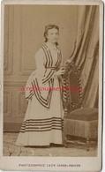 CDV Spécial Mode -femme Belle Robe Avec Lignes-photo Léon Caron Rue Des 3 Cailloux à AMIENS - Anciennes (Av. 1900)