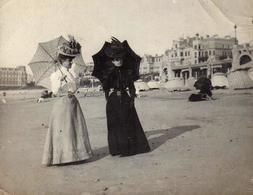 Tirage Photo Albuminé Plage & Maillots De Bains à Biarritz Vers 1900, 2 élégantes Aux Ombrelles & Chapeaux Extravagants - Pin-up