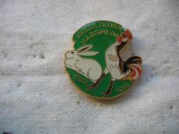 Pin's Des 60 Ans Des Aviculteurs De La Ville D'HABSHEIM 1922-1992. Lapin, Coq, Poule - Dieren