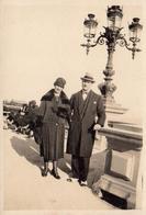 Photo Originale Couple Posant Devant Un Magnifique Réverbère De Cannes Vers 1920/30 - Objects
