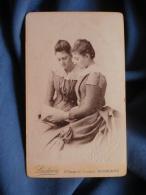 Photo CDV  Ludovic à Narbonne Deux Femmes Lisant Un Livre  Effet Miroir (Hélène Et  Berthe Renault 1890 ) - L389D - Photographs