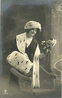 Dame Avec Accessoires En Fourrure - Mode