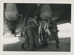 Entraînement Des Parachutistes Français Au 1er RCP à Avors . Mai 1945 . Fixation Des Containers . - War, Military