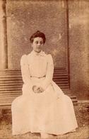 Tirage Photo Albuminé Original Portrait D'une Jeune Femme Sur Un Banc En 1899 - Photos
