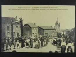 Sugny 21 Mai 1920 Inauguration Du Monument... Le Défilé Dans La Rue Principale - Vresse-sur-Semois