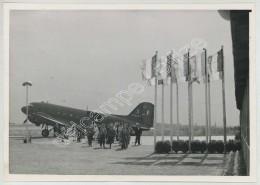 Arrivée De Prisonniers Et Déportés Au Centre D'Accueil Du Bourget . La Descente De L'avion . 14 Août 1945 . - Guerre, Militaire