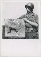 """Parachutiste Présentant Un Fanion Avec La Devise """"Courage On Arrive"""". 11 E Cie Du 1er RCP . 1945-50 . - Guerra, Militari"""