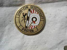 Pin's Suisse Numéroté 426, Club De Tir, Protection De La Société àdans La Commune De DIEGTEN - Tir à L'Arc