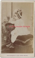 CDV Vers 1870-enfant Avec Un Curieux Chapeau Fleuri-photo Léon Caron à AMIENS - Anciennes (Av. 1900)