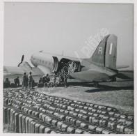 Chargement De Jerricans Dans Un Avion. 1945-50 . - Aviation