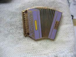 Pin's D'un Très Bel Accordéon De Couleur Violette - Music