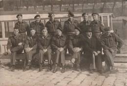 Très Rare Photo Groupe De Militaires Anglais Devant Péniche Paris Quais De Seine 1944-1945 - 1939-45