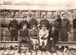 Très Rare Photo Groupe De Militaires Anglais Hommes Et Femmes Devant Péniche Paris Quais De Seine 1944-1945 - 1939-45