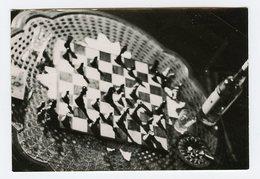 Jeu D'échec Chess Game Indication Scan Dos Photographe Lumière Abstract Composition Oblique Bouteille Alcool - Objects