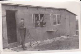 Foto Deutsche Soldaten Vor Und In Baracke - Morsum Sylt - 1940 - 9*6cm (36285) - Krieg, Militär