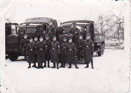 Foto Deutsche Soldaten Mit Lastwagen Im Winter - 2. WK - 8*5,5cm (36293) - Guerre, Militaire