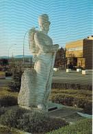 MILITARIA Casernes - 83 - DRAGUIGNAN : Quartier BONAPARTE : Statue D'un Soldat De L'Algérie - CPM GF - Var - Casernes