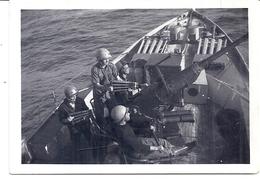 MILITAIRES SUR BATEAUX DE GUERRE-CHARGENT UN CANON ANTI AERIEN - Boats