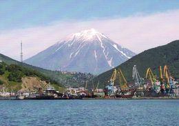 1 AK Russia Vulkanregion Kamtschatka * Vulkan Koryasky Im Vordergrund Die Stadt Petropavlovsk-Kamchatsky * - Russia