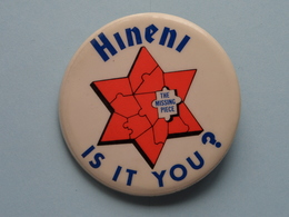 """"""" HINENI - IS IT YOU ? The Missing Piece - Old BUTTON ( From The '60 / '70 ) Edit. > U.S.A. ( +/- 6 Cm. ) See Detail ! - Pin's"""