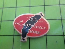818c Pin's Pins / Rare Et De Belle Qualité / THEME ALIMENTATION / ANDOUILLE DE VIRE LEPRIEUR MEDAILLE D'OR 1989 - Città