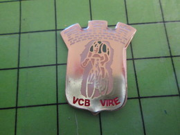 818c Pin's Pins / Rare Et De Belle Qualité / THEME SPORTS / CYCLISME VELO ROUE VCB VIRE CALVADOS - Ciclismo