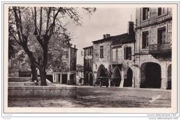 47) Monflanquin . (Lot Et Garonne) Un Coin De La Place - (Grand Café - Tacot) - Monflanquin