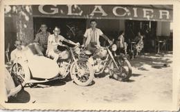 Photo 110 Mm X 68 Mm -  1952 - Moto Side-car - Devanture Glacier Antibes 06 - Scan R/V - Lieux