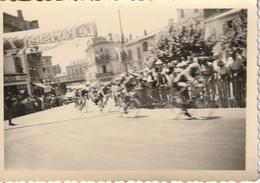 Photo Sur Carton 85 Mm X 60 Mm - 1952 - Tour De France Saint-Raphael 83 - Scan R/V - Lieux