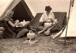 Photo Originale Camping Et Corvée De Patates Pour Charmantes Pin-Up En Vacances Vers 1960 - Cuisinières De Campement - Pin-up