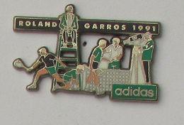1 Pin's TENNIS - ADIDAS - ROLAND GARROS 1991 Signé JACOBI - Tennis