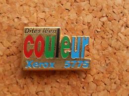Pin's - XEROX 5575, DITES LE EN COULEURS, Signé CAROLINE LISFRANC - Computers