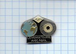 Pin's Pins / THEME  PHOTOGRAPHIE -  AGFA - Globe Terrestre - Le Monde Tourne Avec Agfa - Film, Bobine, Cinéma, Artiste - Photographie