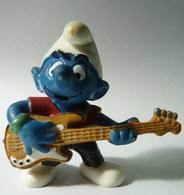 FIGURINE SCHTROUMPFS MUSICIEN JOUEUR DE GUITARE BASSE SCHLEICH 1997 Made In China BASSISTE - Smurfs