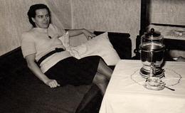 Photo Originale Femme Au Salon Posant Avec Son Samova Vers 1970 - L'Heure Du Thé à Sonné ! - Objects