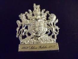Souvenir Silver Jubilee Elisabeth II 1952-1977 Matchbox Britain Métal Figurine - Autres Collections