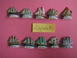 Serie Complète 10 Fèves En Porcelaine L' ARMADA DES VOILIERS - 2009 ( Feve Figurine Miniature ) - Charms