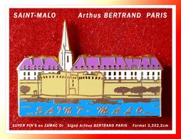 SUPER PIN'S VILLE De SAINT-MALO (Bretagne) : Signé Arthus BERTRAND PARIS En ZAMAC Base Or, Format 3,2X2,2cm - Cities