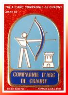 SUPER PIN'S TIR à L'ARC : COMPAGNIE D'ARC De CHAUNY (Aisne), émail Base Or, Format 2,5X1,8cm - Archery