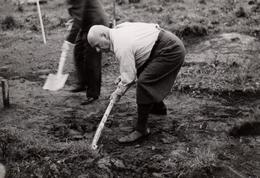 Photo Originale Paysan Bêchant Sa Terre En Pantalon De Golf (Aufn : Bildstelle Hoesch) Vers 1930/40 - Professions