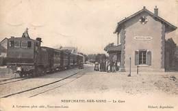 Neufchatel Sur Aisne        02        La  Gare Train En Gros Plan         (voir Scan) - Autres Communes