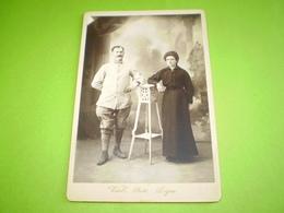 Photo Cabinet,militaire Du 341 ème, Brassard Croix Rouge, En Pied Avec Une Jeune Femme, Photo Vial à Digne - Unclassified