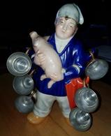Rare Ancienne Bouteille En Porcelaine Avec Tassettes En Cuivre Normand Et Son Cochon - Art Populaire