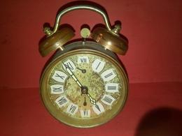 VINTAGE ANCIEN RÉVEIL MÉCANIQUE Fonctionne Heure Et Sonnerie à Révisé Marque JAPY - Alarm Clocks