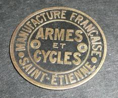 Rare Ancienne Petite Plaque En Métal Peint Laqué, MANUFRANCE Manufacture Armes Et Cycles St Saint-Etienne - Advertising (Porcelain) Signs