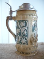 Reliefierter Bierkrug Mit Zinndeckel (588) - Porzellan & Keramik